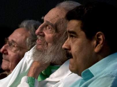 Fidel Castro en la celebración de su 90 cumpleaños, acompañado de su hermano Rául Castro y Nicolás Maduro, presidente de Venezuela