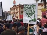 Manifestantes antitaurinos ante la plaza de toros de El Bibio.
