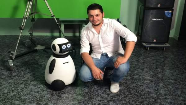 Imagen de Javier Lamas junto a su robot 'Dumy'