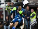 Momento de la agresión de un hincha a un portero en Suecia
