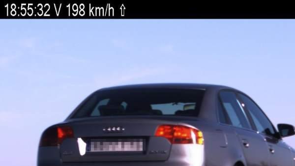 Radar detecta a un vehículo con exceso de velocidad.