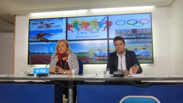 Mercedes Fernández y Pedro de Rueda realizan declaracioens a los medios.