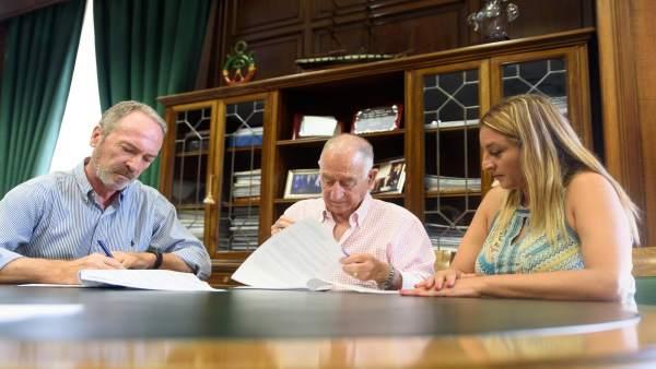 El presidente de la Diputación, Gabriel Amat, firma un contrato