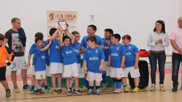Unos niños celebran el final de una competición