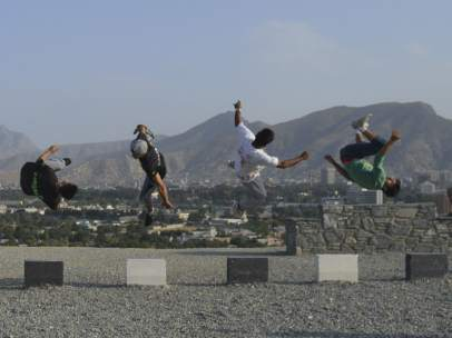 Jóvenes afganos haciendo parkour