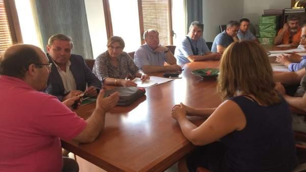 Ortega (2i) en la reunión con afectados por los daños causados por las lluvias.