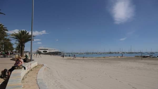 Playa De La Ribera, Con El Club Naútico De Fondo