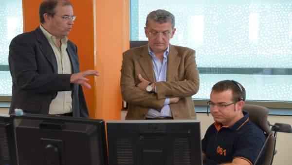 El consejero Sebastián Celaya visitando las instalaciones del 061.