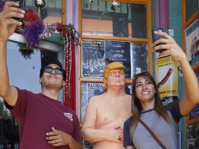 Estatua de Donald Trump desnudo