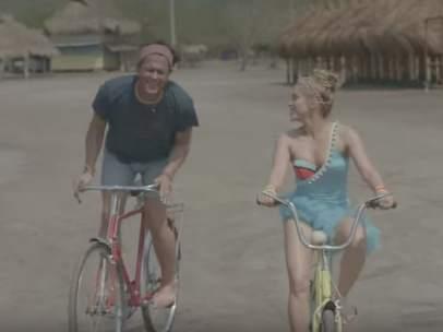 Carlos Vives y Shakira en el videoclip de su canción 'La bicicleta'