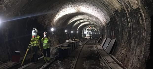 Operarios trabajando en las obras de la línea 1 de Metro