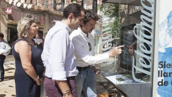 Neocabinas con cargas de móvil e información interactiva en la Feria de Almería