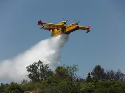 Un avión del Magrama descarga en el incendio de Jerte