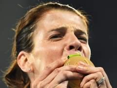 Ruth Beitia besa su medalla de oro en salto de altura