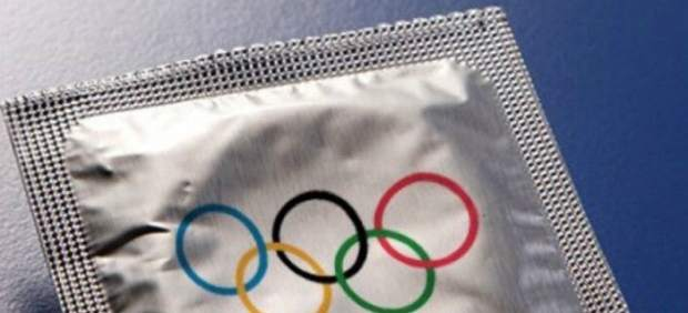 Preservativo con el envoltorio de los aros olímpicos