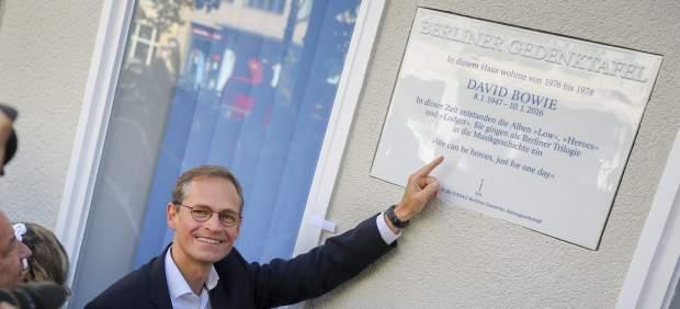 Berlín descubre una placa en memoria de David Bowie en el edificio donde residió