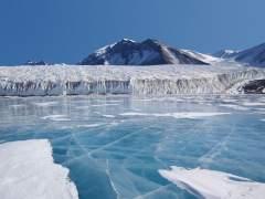 Los lagos azules en la Antártida alertan a los científicos