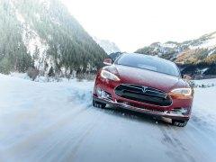 ¿Por qué estos coches de Tesla encienden sus luces de forma automática?