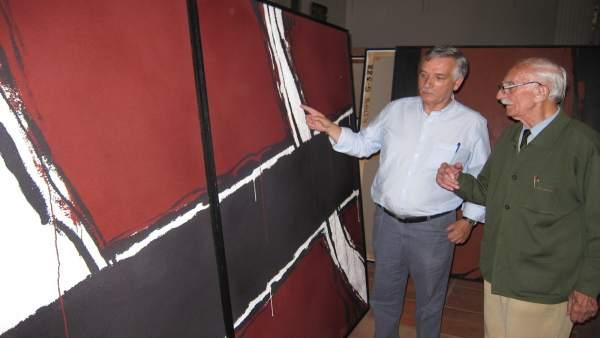 Artemio Domínguez, alcalde, y a su izquierda el veterano artista.
