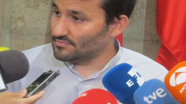 Vicent Marzá atendiendo a los periodistas