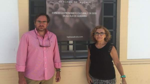José Manuel Villanueva y Mª Carmen Rodríguez Hornillo en la Plaza Municipal.