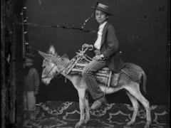 La familia que retrató durante un siglo a burgueses, pastores y bandidos de Albania