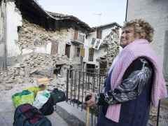 Italia entierra a sus muertos mientras las réplicas se suceden