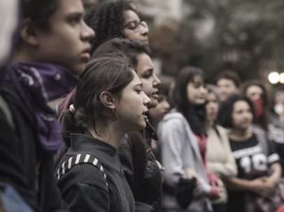 Jóvenes brasileños marchan por la escuela pública, en agosto de 2016