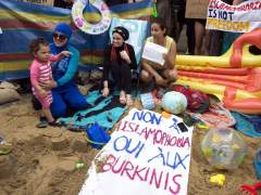 Defensoras de burkini montan una 'playa' ante la Embajada francesa en Londres