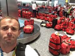 Nick Dempsey esperando en el aeropuerto su maleta a la vuelta de los Juegos Olímpicos 2016.