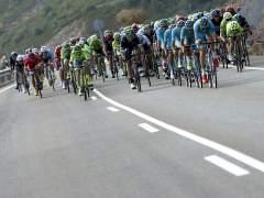 Caída de Contador en la llegada del pelotón de la Vuelta