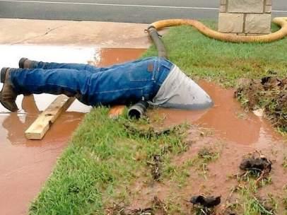 El fontanero que se ha hecho viral por sumergir casi todo su cuerpo en barro