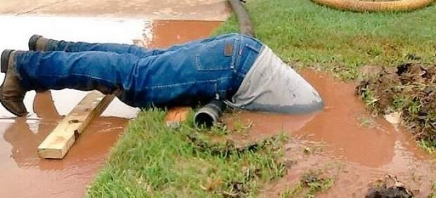Un fontanero sumergido en barro el nuevo viral de las - El fontanero en casa ...