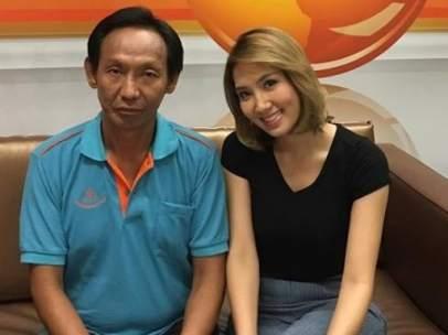 La pareja del empresario que perdió la cartera llena de dinero junto al sintecho que la devolvió