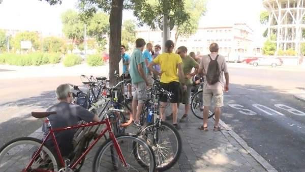 """Los vecinos de Arganzuela reivindican la bici con la """"meloncleta"""""""