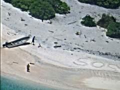 Dos marineros náufragos logran ser rescatados de una isla desierta tras escribir SOS en la playa
