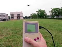 Hacen volar a un dron con una Game Boy clásica
