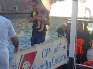 La Guardia Costera italiana realiza rescates en el mar