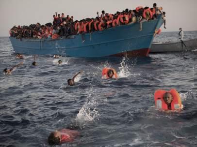 Cientos de inmigrantes llegan a las costas de Libia