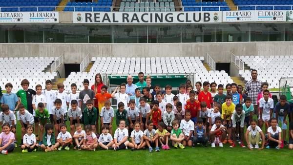Niños de 'Vacaciones en paz' en los campos de Sport del Sardinero