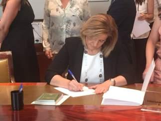 Fatima Báñez, acreditándose en el Congreso