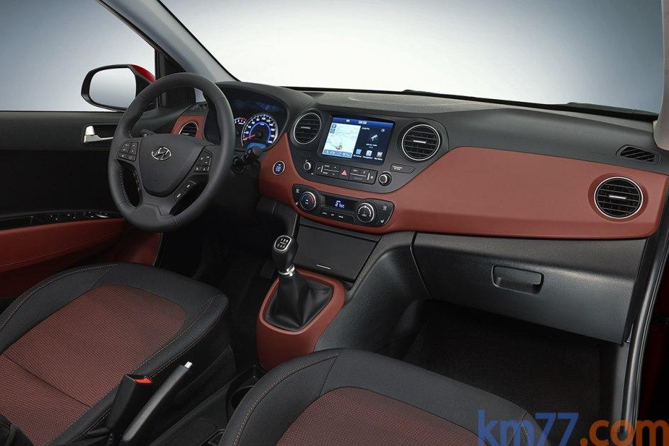 Puede tener una pantalla táctil de siete pulgadas y compatibilidad con los sistemas de comunicación CarPlay de Apple y Android Auto de Google. Además, Hyundai ofrece durante siete años y de forma gratuita una suscripción al servicio LIVE, que proporciona datos del tráfico en tiempo real, la predicción del tiempo local o la posición de los radares fijos.