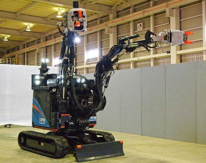 El robot ASTACO-Sora está diseñado para retirar escombros gracias a sus dos brazos, con los que puede levantar hasta 150 kg.