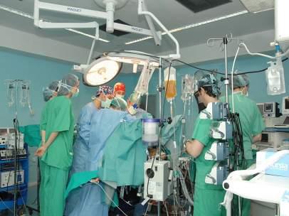 Quirófano durante un trasplante de órganos