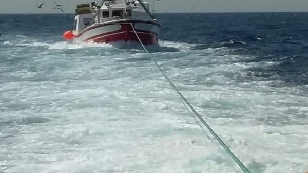 El 'Atalaya' asiste a un pesquero a la deriva en la costa de Angola