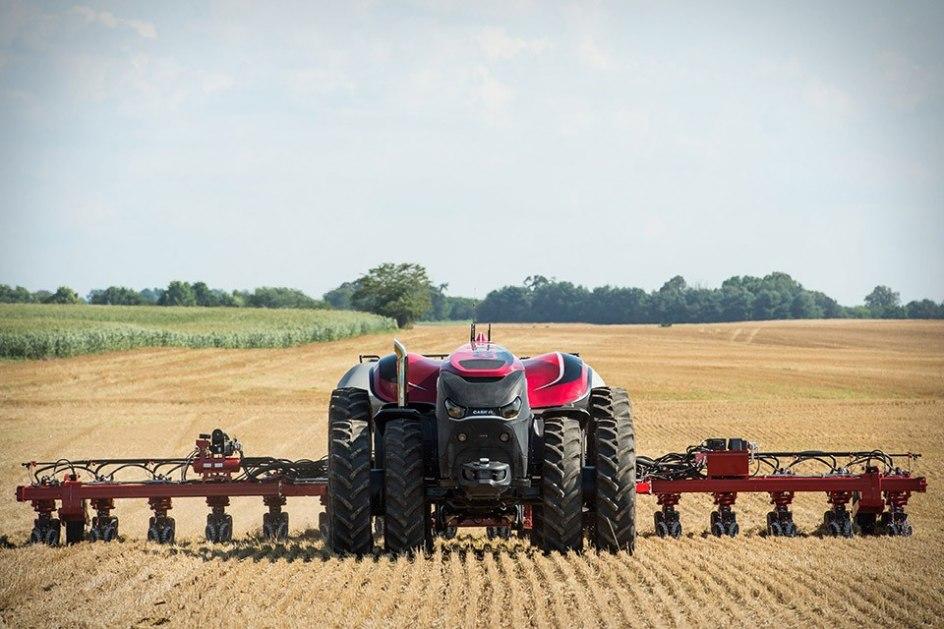Su interfaz está preparada para ajustar el trabajo a las previsiones meteorológicas. En caso de que esté pronosticado por ejemplo una gran tormenta, el tractor dejará para más tardes sus tareas.