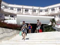 Turistas entrando y saliendo del hotel Marina Sand de Lloret de Mar, donde se ha cortado el suministro eléctrico.