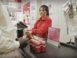 Una cajera en un supermercado de la cadena Dia
