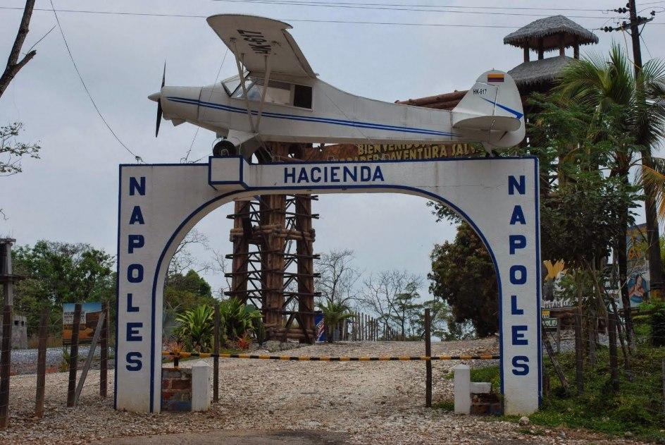 En la entrada de la hacienda Napoles de Pablo Escobar se encuentra la avioneta PIPER PA-18-150 SUPER CUB con la que envió el primer cargamento de coca a EE.UU.