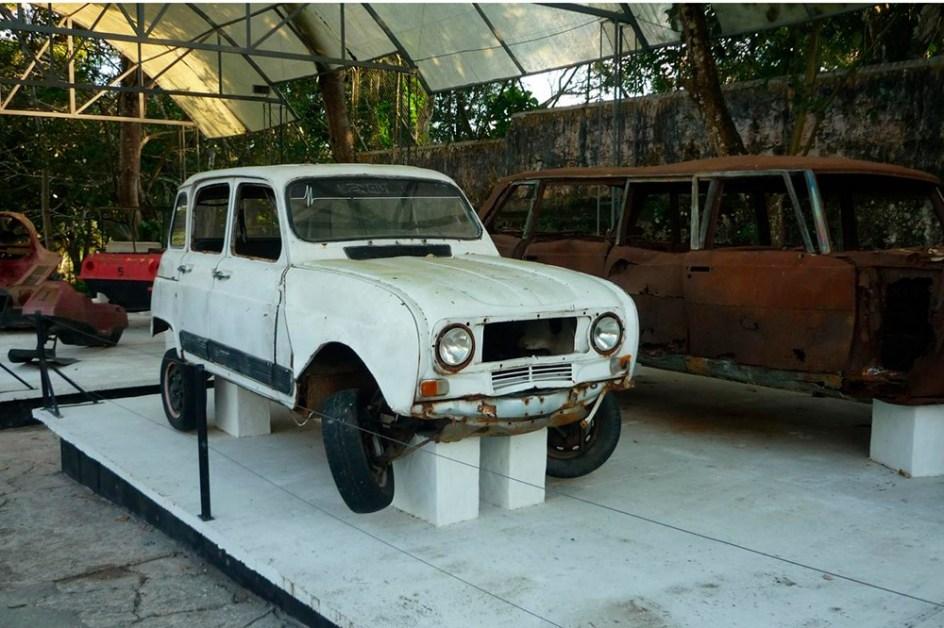 Entre los coches de Pablo Escobar se encontraba un modesto Renault 4 blanco. Con este coche francés, frabricado en Envigado, Colombia, Escobar realizó sus primeros viajes ilícitos a Ecuador. Además, con uno como este disputó la Copa Renault.